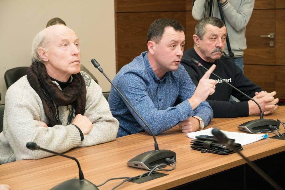 Євген Почечун (в центрі)