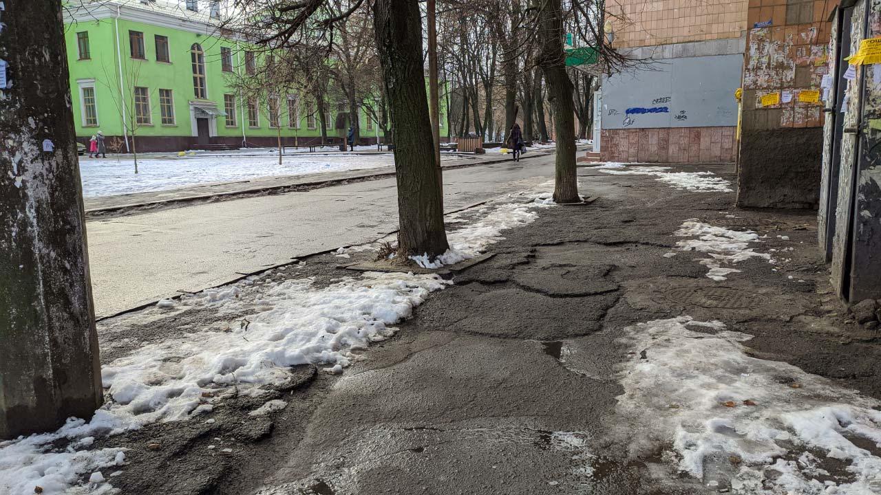 Вбиті тротуари на підступах до скверу