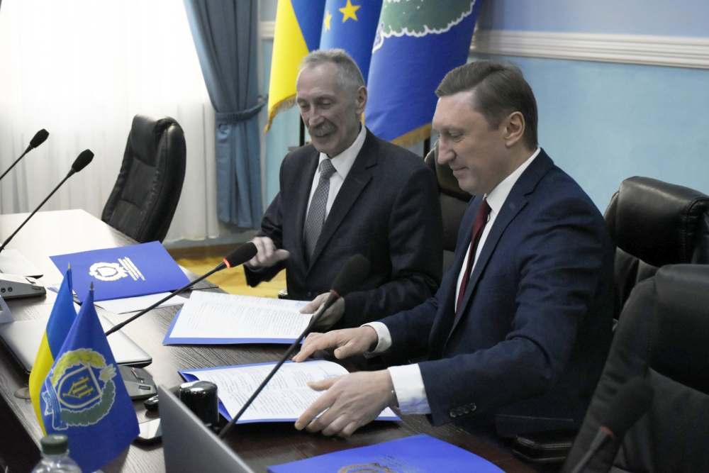 Керівники  підписали та скріпили угоду печаткою