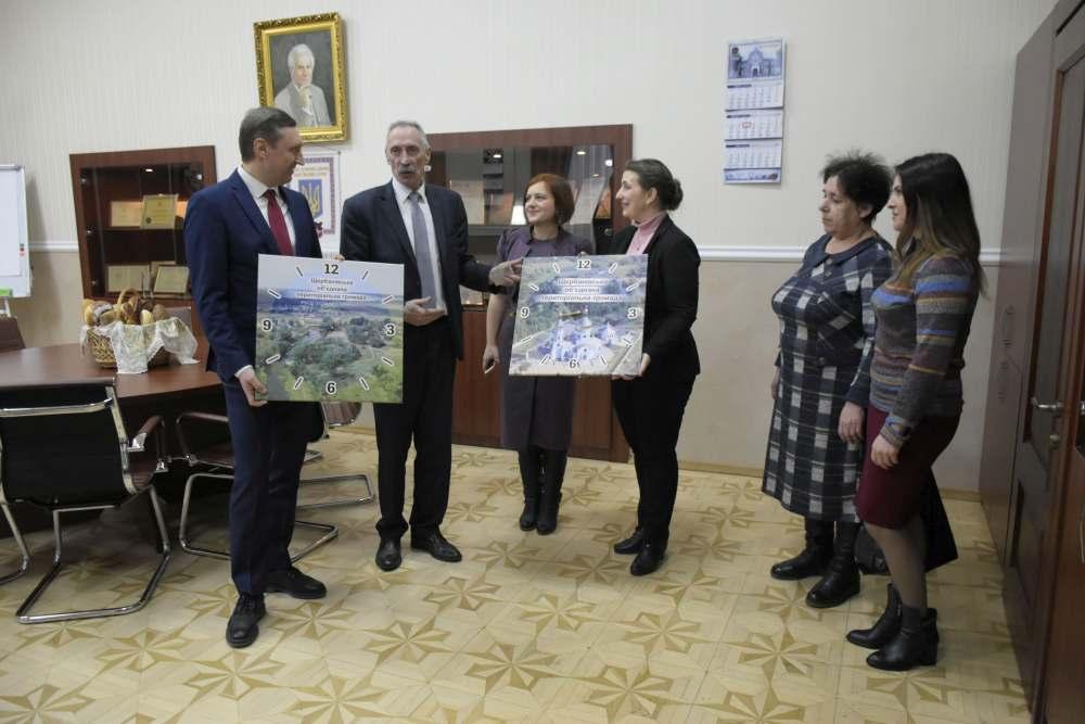 Представники громади подарували ректорові годинник з краєвидами Щербанів