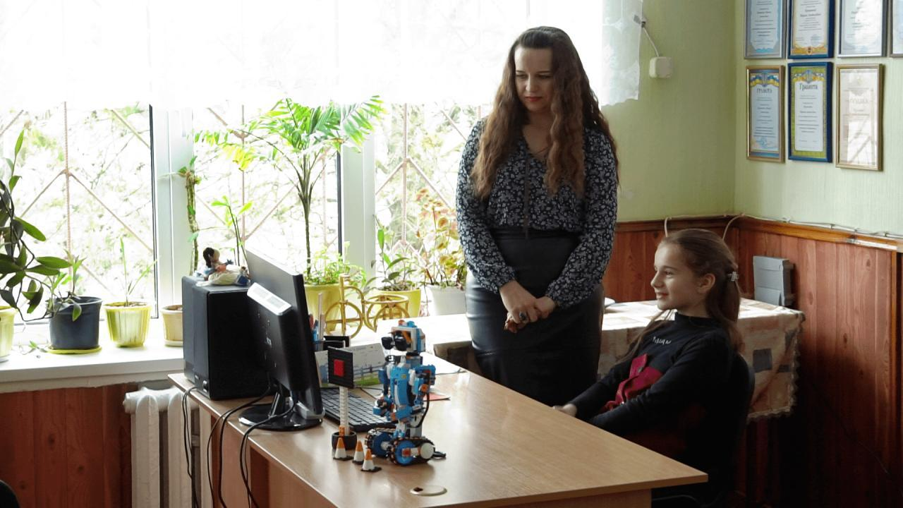 Софія Неліда із Бугаївки показує свою роботу вчительці Марині Криштопі