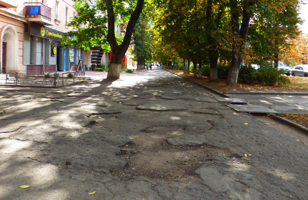 Тротуар вздовж будинку на вул. Соборності, 46 — у планах на ремонт у 2020 році