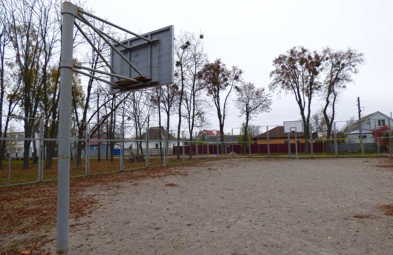 Один з двох баскетбольних майданчиків з гравійним покриттям