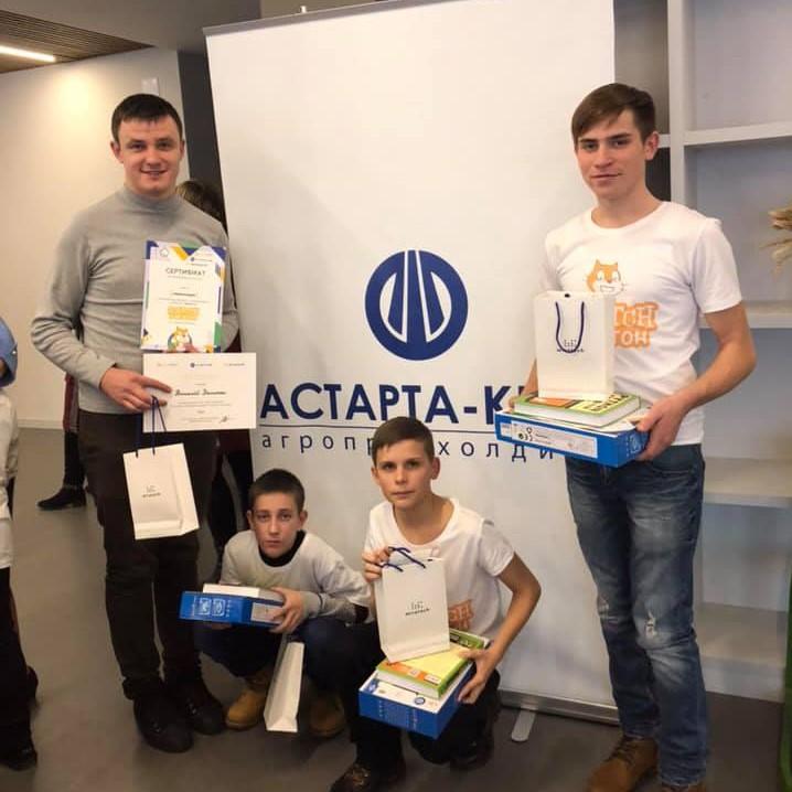 Директор Василівської школи Віталій Демочко з командою на ІТ-хакатоні