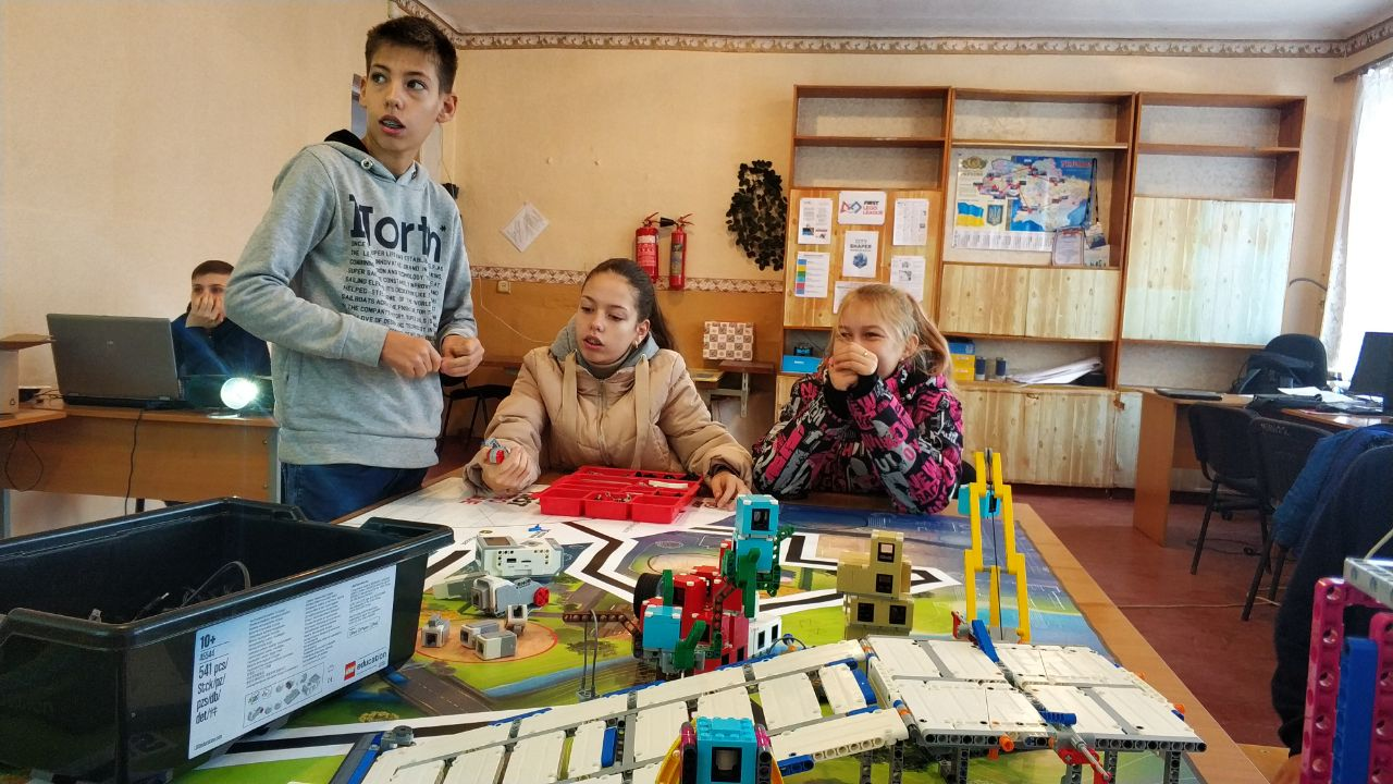 До міжнародного конкурсу First Lego League діти будують робота