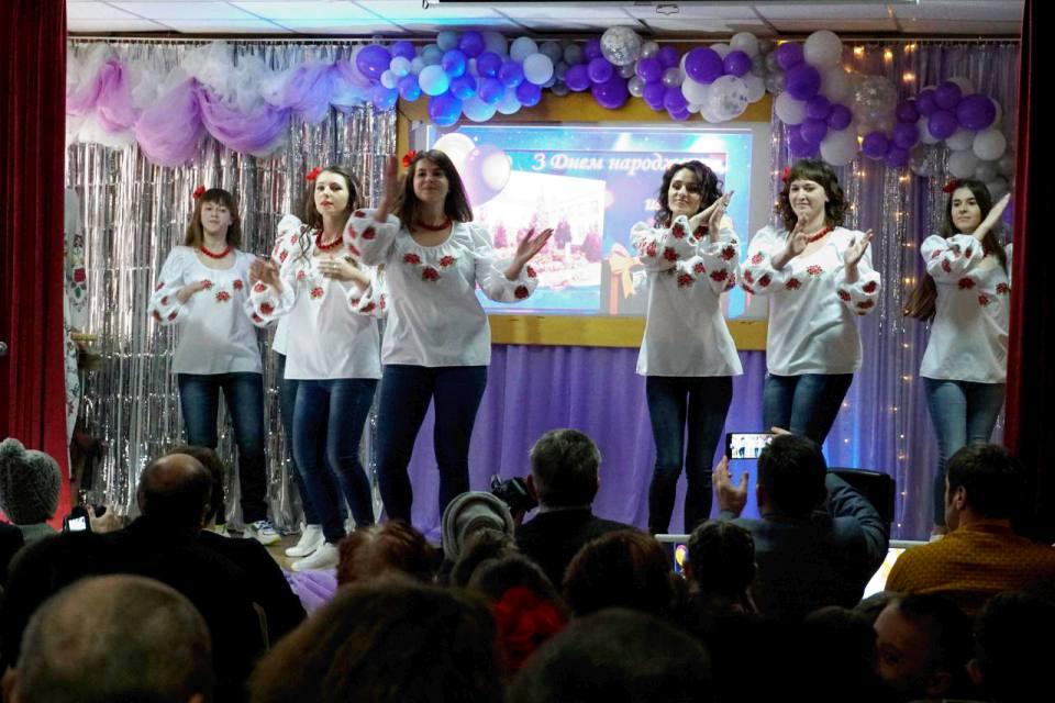 Танцювальний номер від колективу навчального закладу