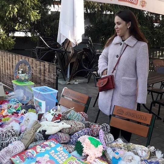 Тетяна Коробкіна під час благодійного ярмарку