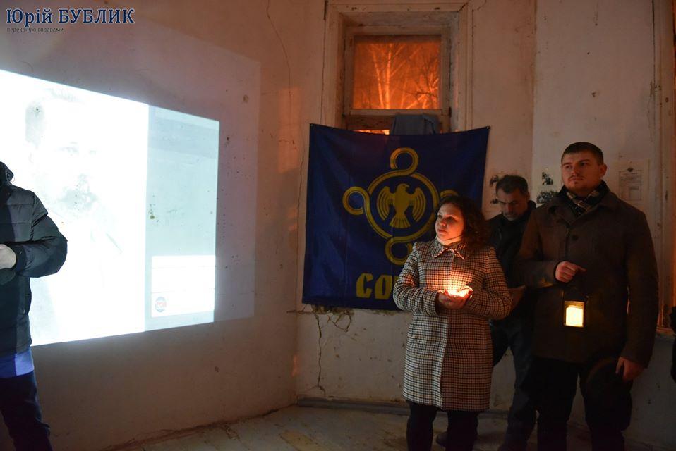 Активістка Анна Шендрик розповідає учасникам екскурсії про Софію Русову