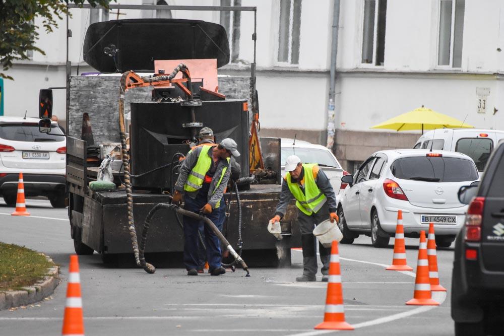 Почали готувати дороги до зими заздалегідь. Як наслідок — менше даремно витрачених коштів міського бюджету навесні.