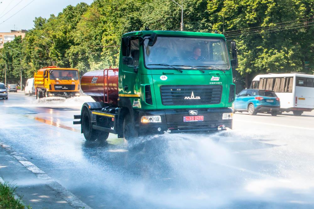 Відродили полив вулиць влітку. Як наслідок — полегшене дихання для полтавців та збереження асфальтового покриття в спеку.