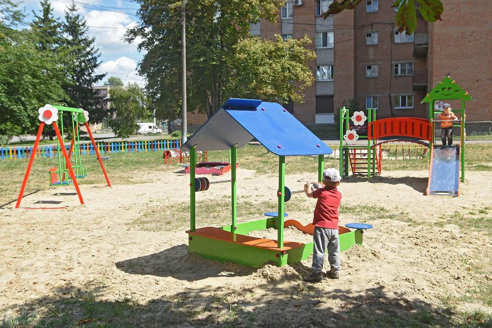 Вперше за багато років почали системно встановлювати нові дитячі майданчики. Як наслідок — проблема «нічийних» та занедбаних майданчиків почала централізовано вирішуватися владою, а не мешканцями.