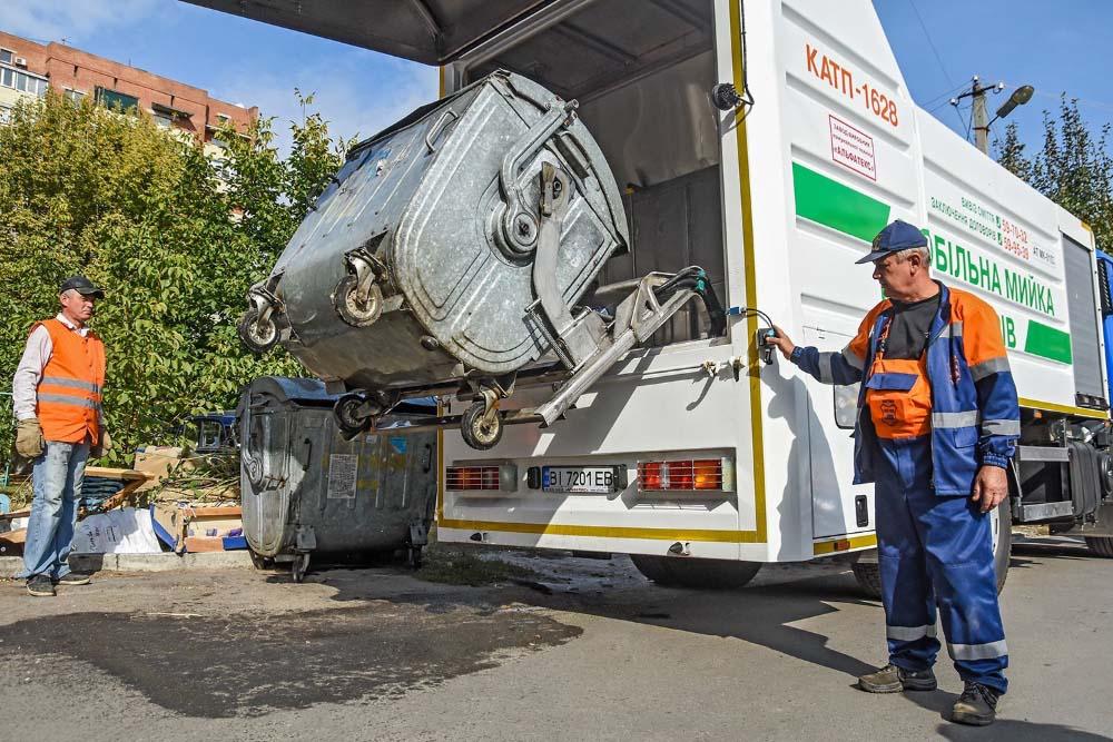 Запустили мобільну мийку сміттєвих контейнерів. Як наслідок — баки у місті почали мити та дезинфікувати у 4-5 разів частіше, ніж раніше.