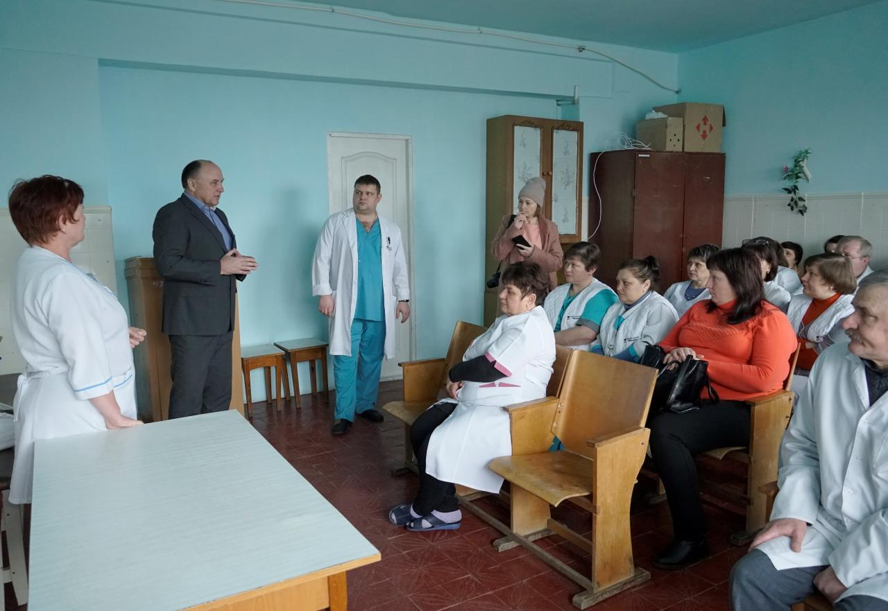 Анатолій Таранушич передав захисні костюми персоналу Козельщинської ЦРЛ