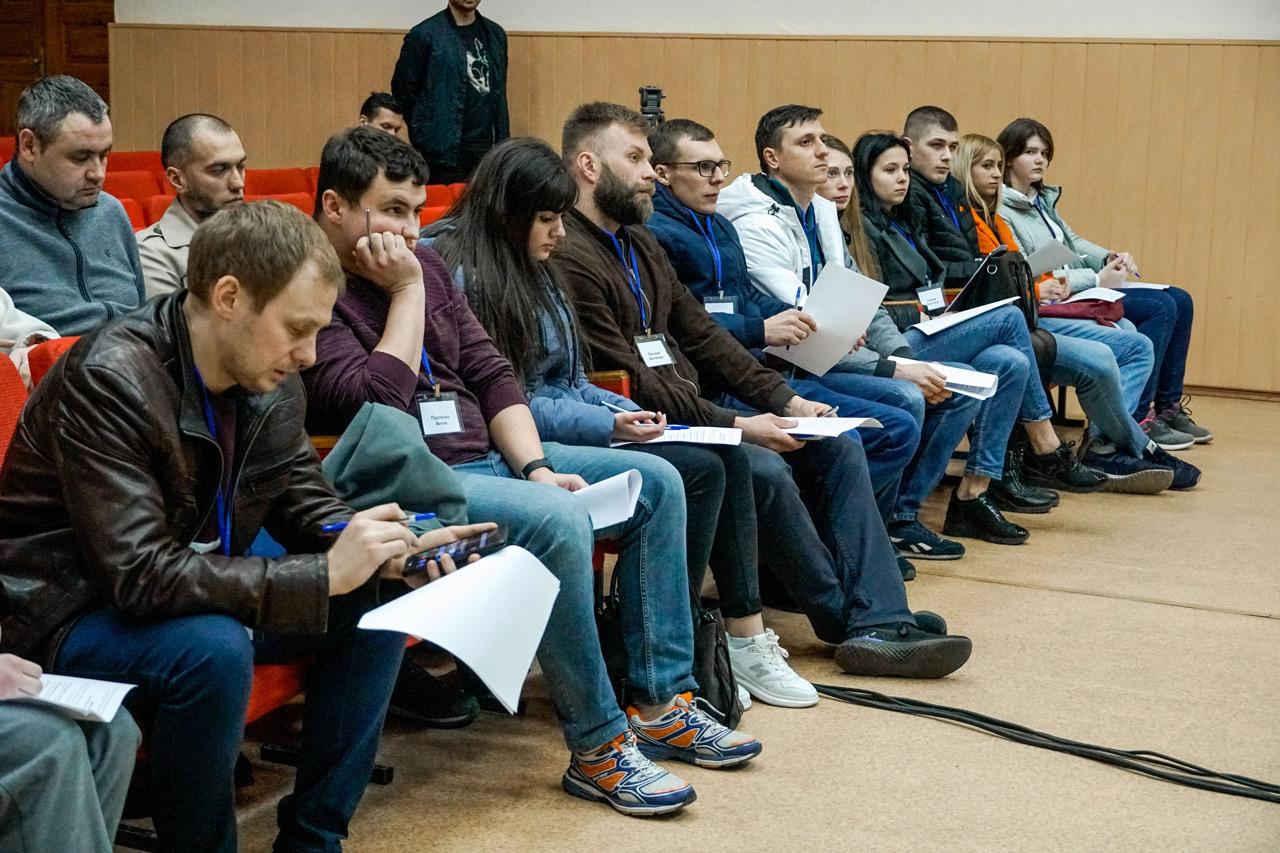 Члени Молодіжної ради обговорюють подальшу роботу організації