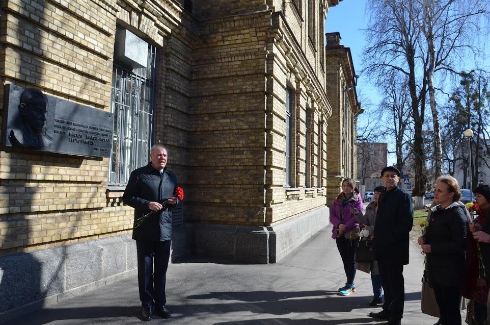 До меморіальної дошки Василя Верховинця на фасаді ПНПУ учасники туру поклали квіти