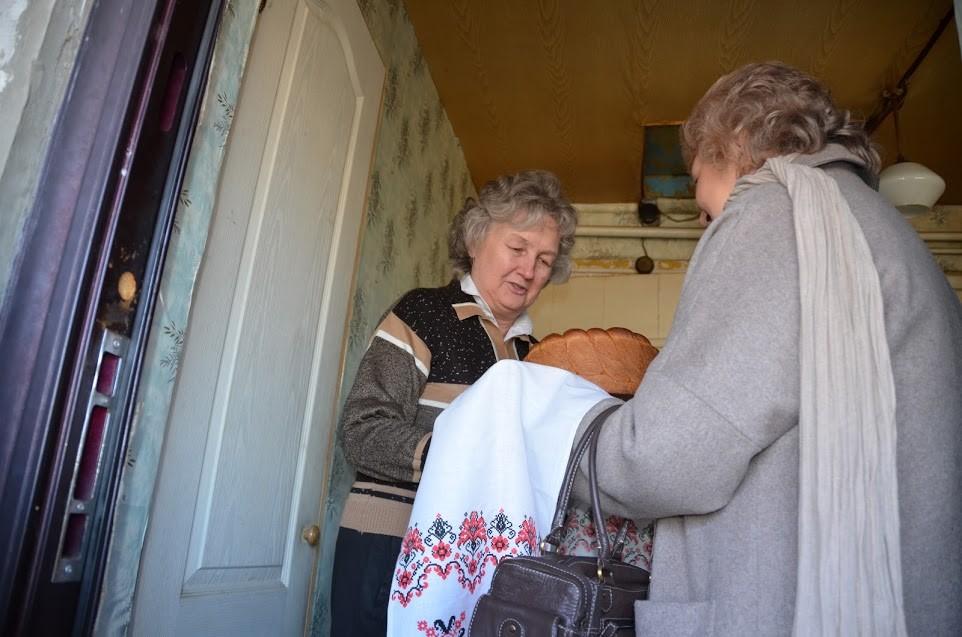 Хдіб-сіль Діані Синиці вручає Ірина Бабяк