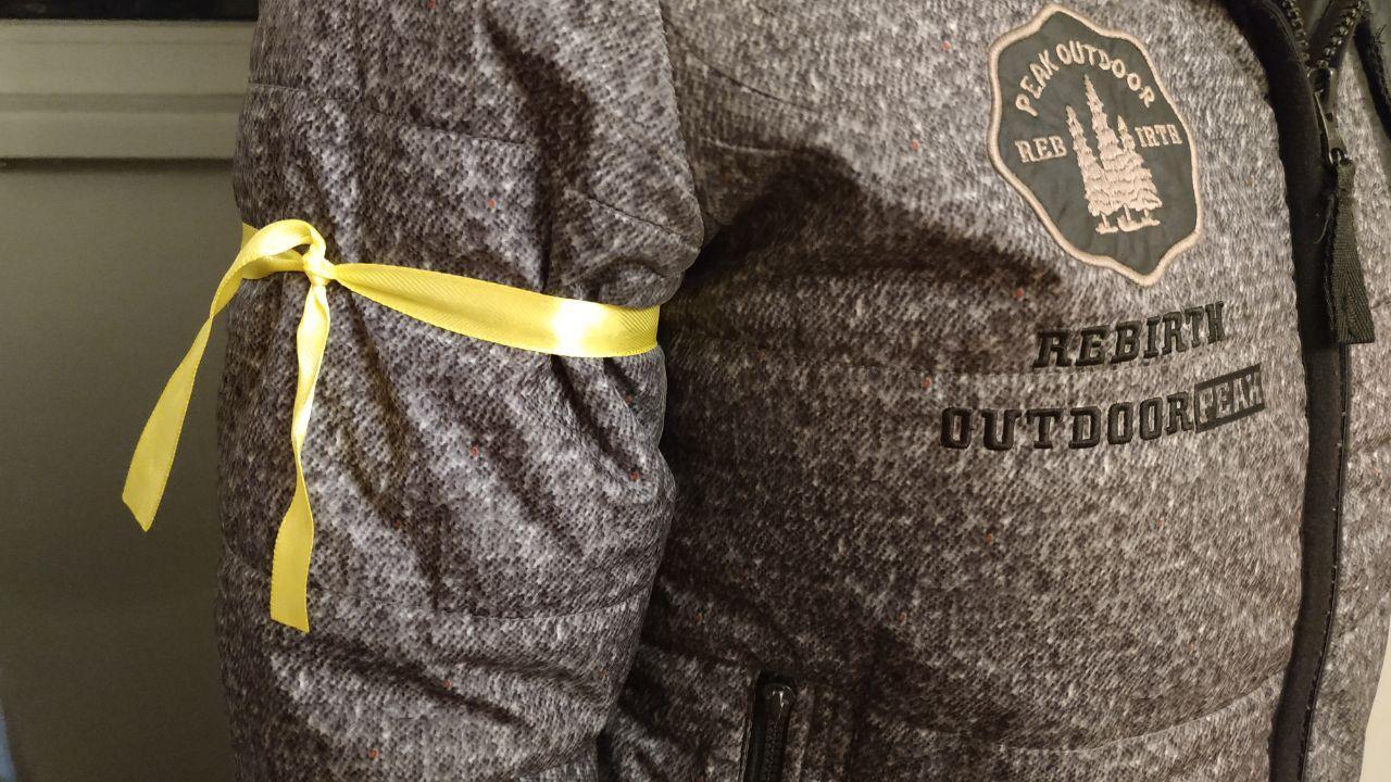 Жовта стрічка на рукаві — позначка медика, якому потрібно допомогти швидше дістатися на роботу