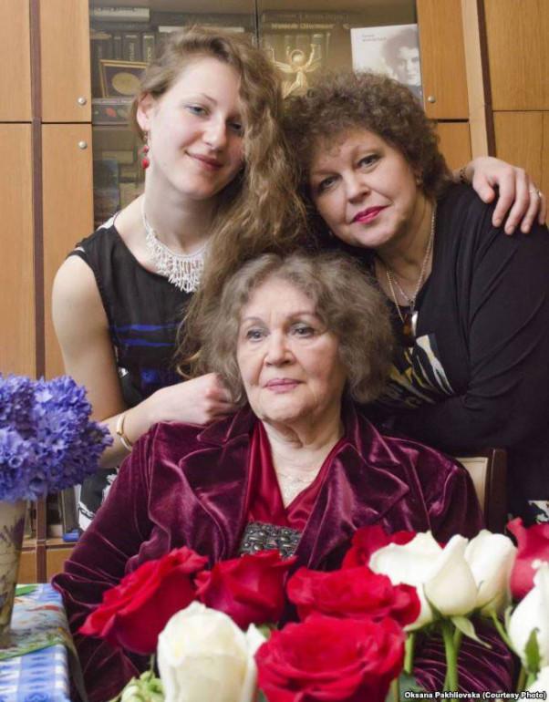 Ліна Костенко з донькою і онукою