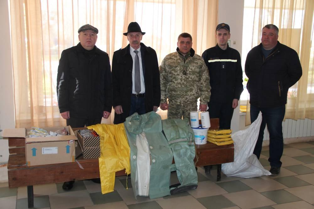 Рятувальникам вручили захисні маски, костюми та хімікати для дезінфекції
