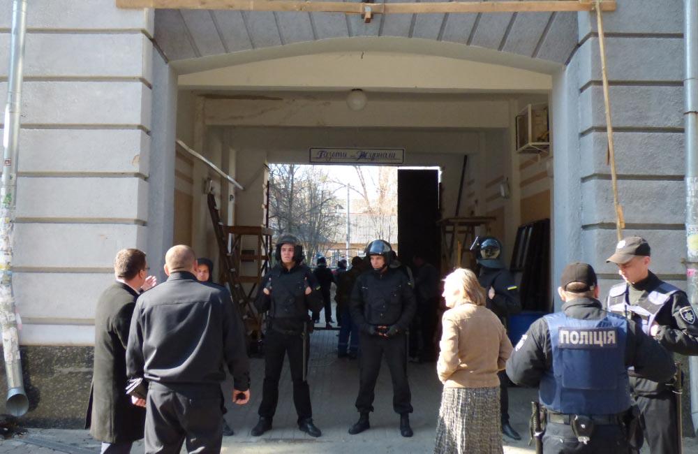 Під прикриттям охорони Степаненко заварює прохід в арку