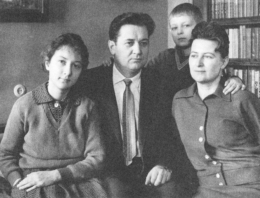Олесь Гончар із сім'єю