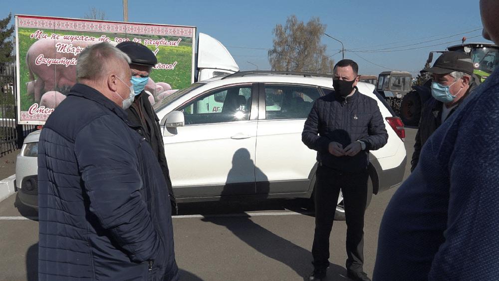 Підтримати мешканців приїхав голова Коломацької ОТГ Євген Почечун