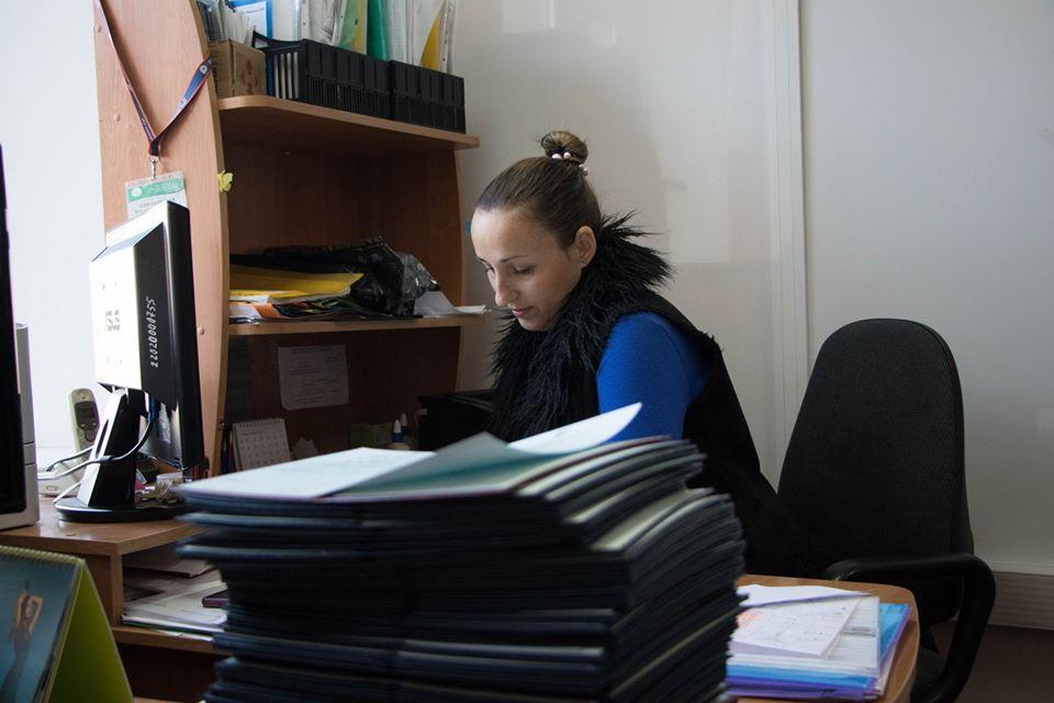 Заступниця директора ІЗДО Шимановська В.Л. працює над оформленням звітних відомостей