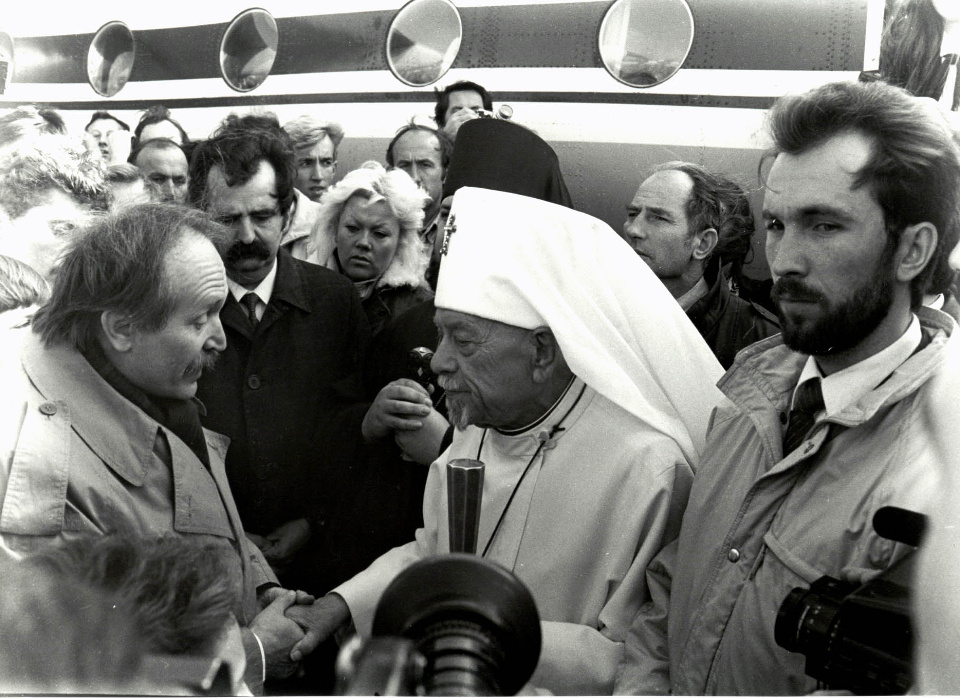 Вячеслав Чорновіл зустрічає Патріарха Мстислава в аеропорту Львова жовтень 1990 року