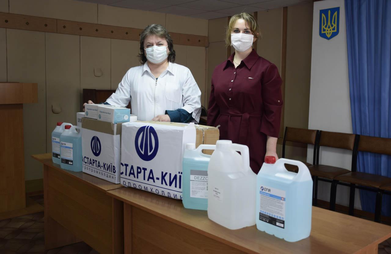 Головна медсестра Гадяцької ЦРЛ Ганна Сахно приймає засоби захисту