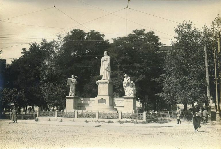 Пам'ятник княгині Ользі у Києві. Автор Іван Кавалерідзе