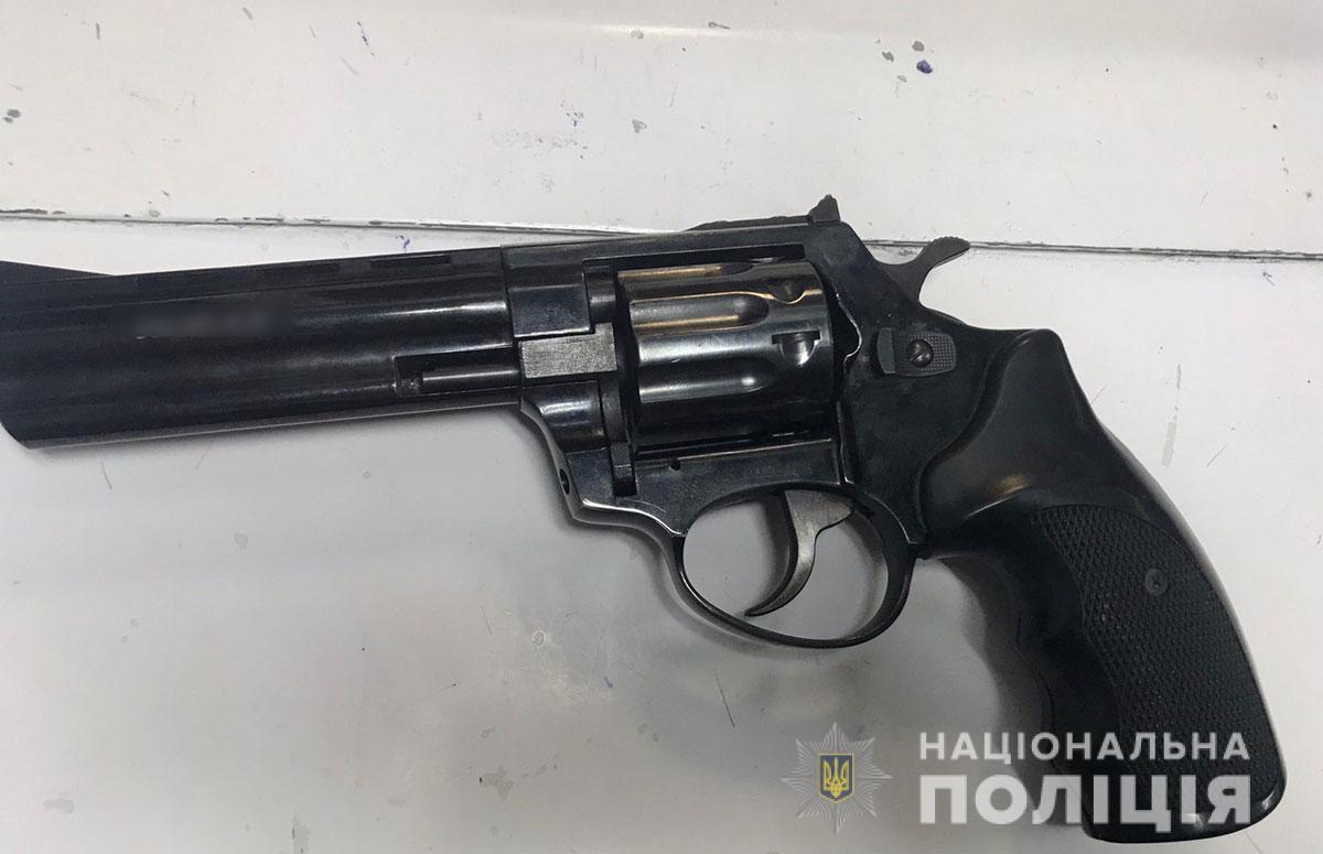 Револьвер під патрон Флобера, який вилучили в нападника