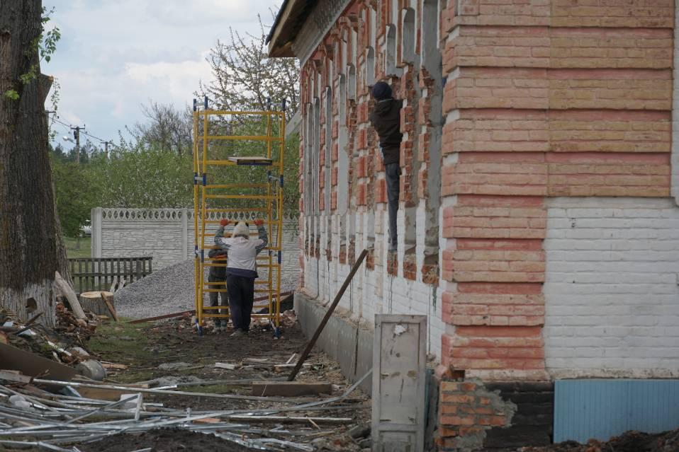 Будівельники встановлюють нові вікна