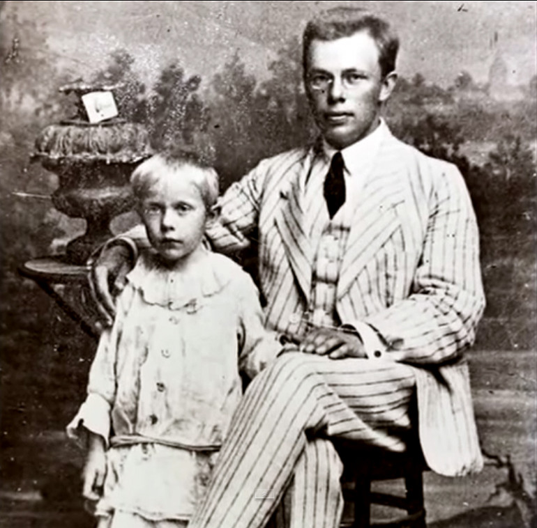 Микола Зеров із сестрою Валерією. Кролевець, 1917 рік. Фото: uk.wikipedia.org