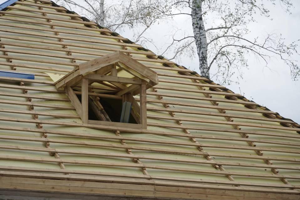 На даху зміцнили стропильну частину, набили обрешітку і завершують вкладати покрівлю