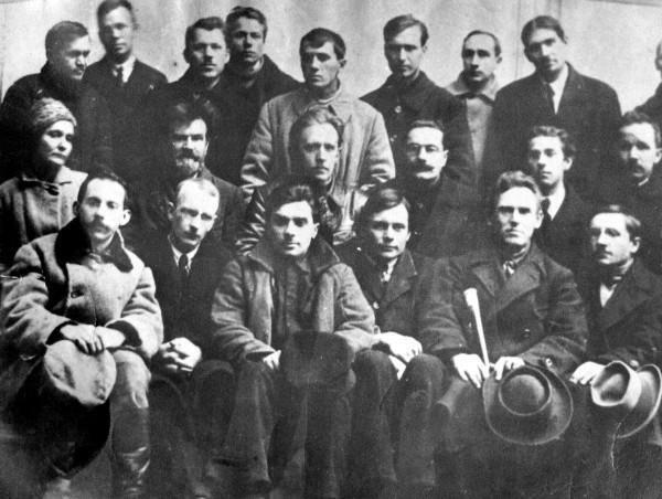 Зустріч українських митців із Миколою Хвильовим (у центрі). Київ. 1923 рік. Фото: uk.wikipedia.org