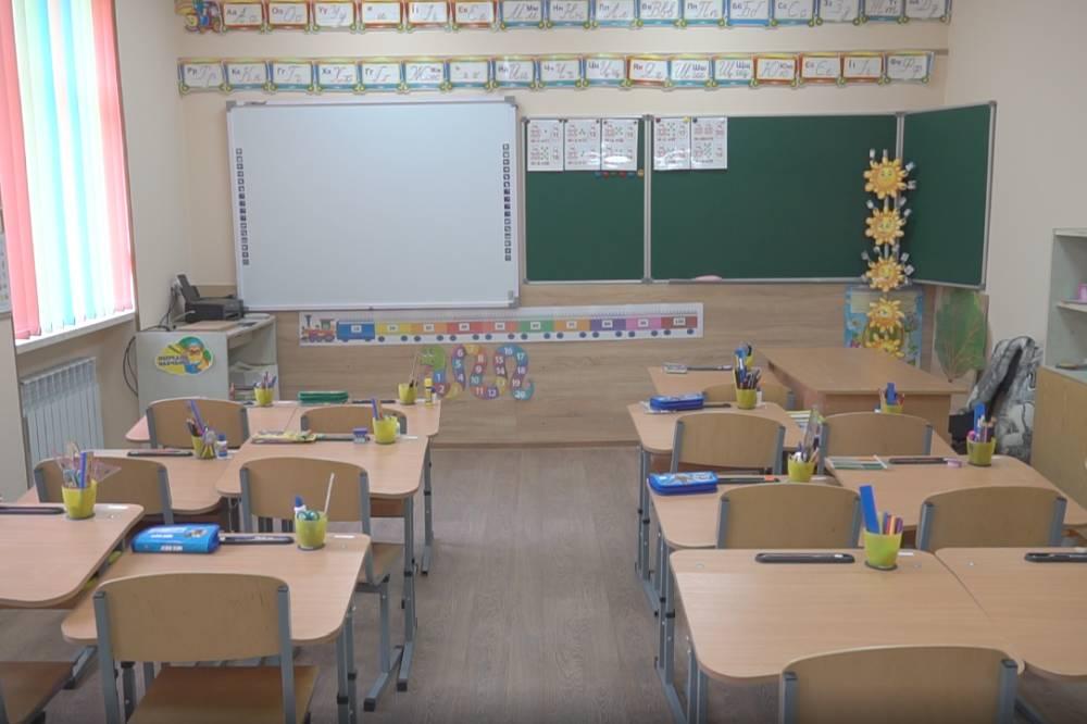 Для першокласників Коломацького придбали противосколіозні парти
