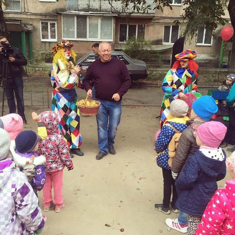 Д. Петров на відкритті дитячого майданчика (джерело — сайт ВО «Батьківщина»)