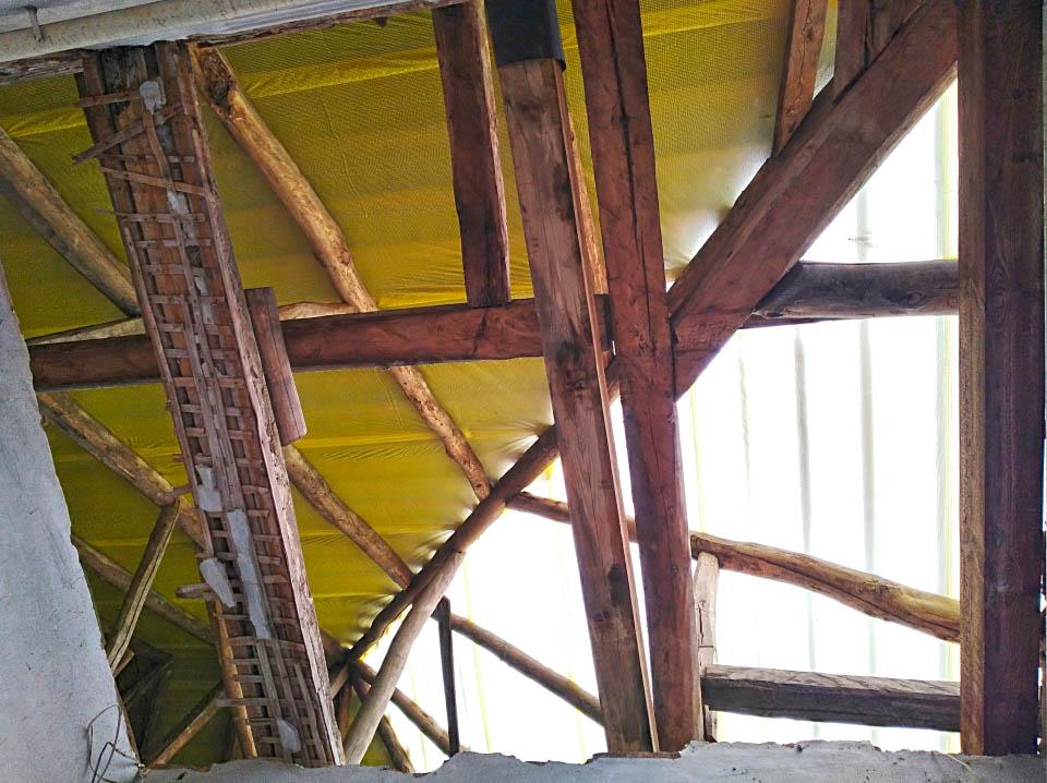 Старі крокви під новим дахом
