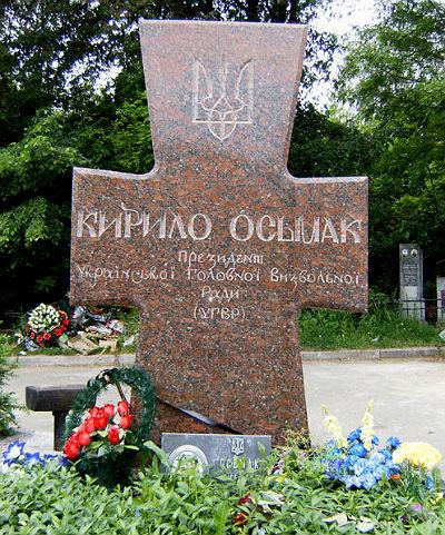 Могила Кирила Осьмака на Байковому цвинтарі у Києві