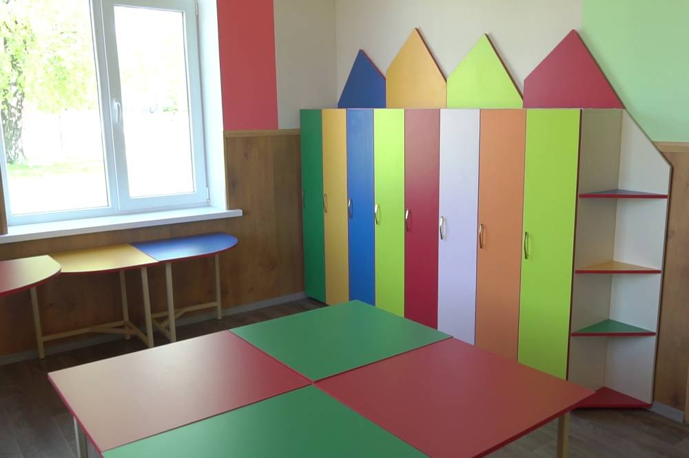 У кімнаті встановили шафи для речей
