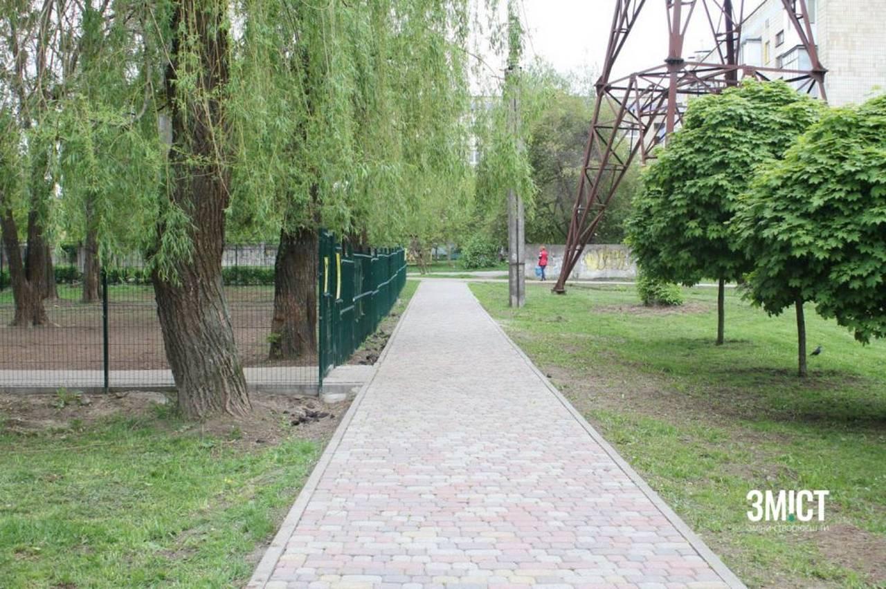 Сквер на Петра Юрченка. На частині доріжок, вперше за весь час існування парку, поклали плитку.