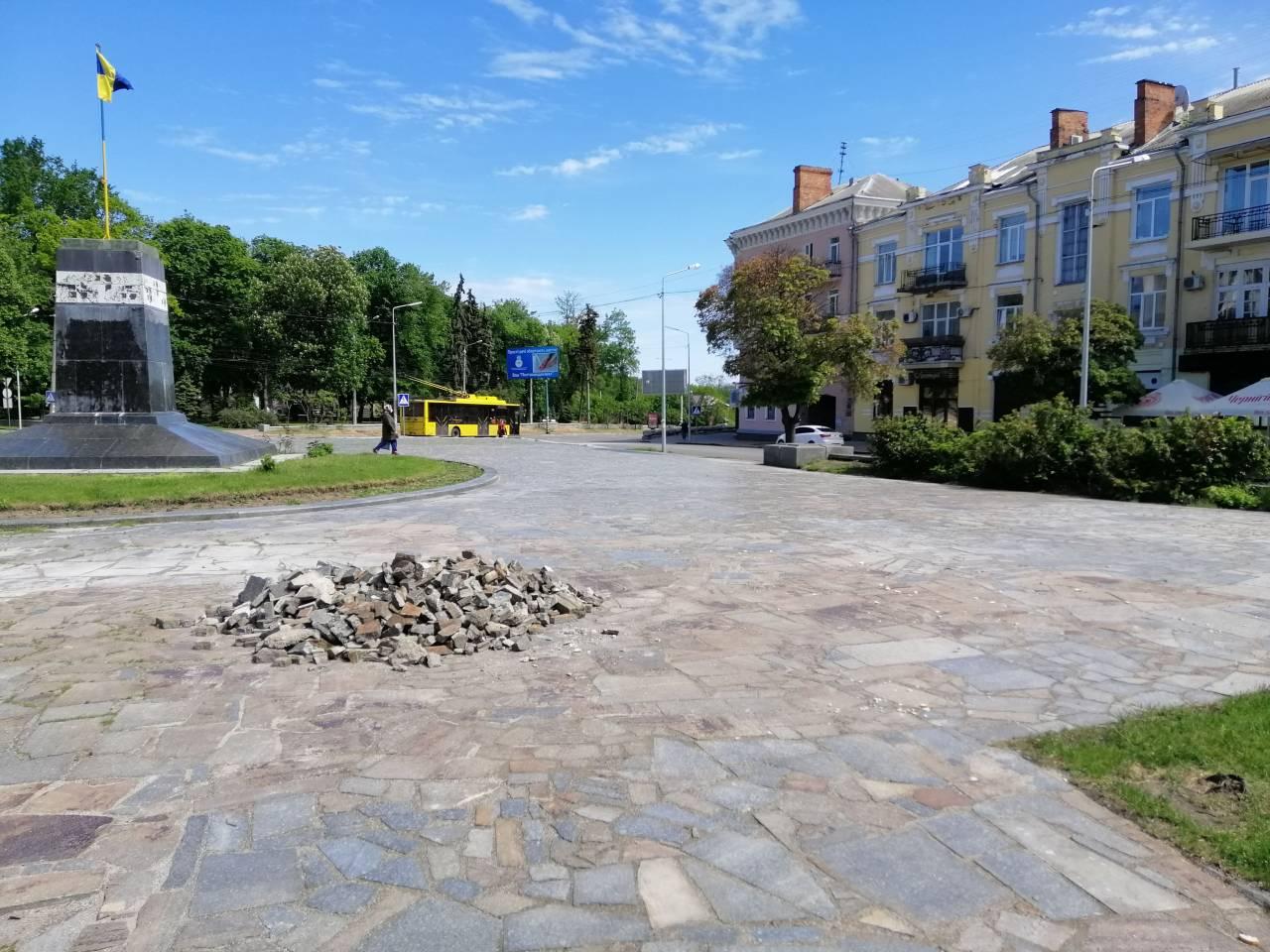 Cквер пам'яті Героїв України. Вирівняли провали, деякі з яких були по 20-30 см.