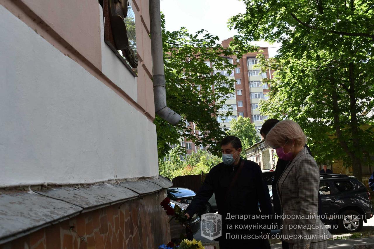 Катерина Рижеченко і Олег Пустовгар поклали квіти до меморіальної дошки барельєфного типу на фасаді колишньої духовної семінарії