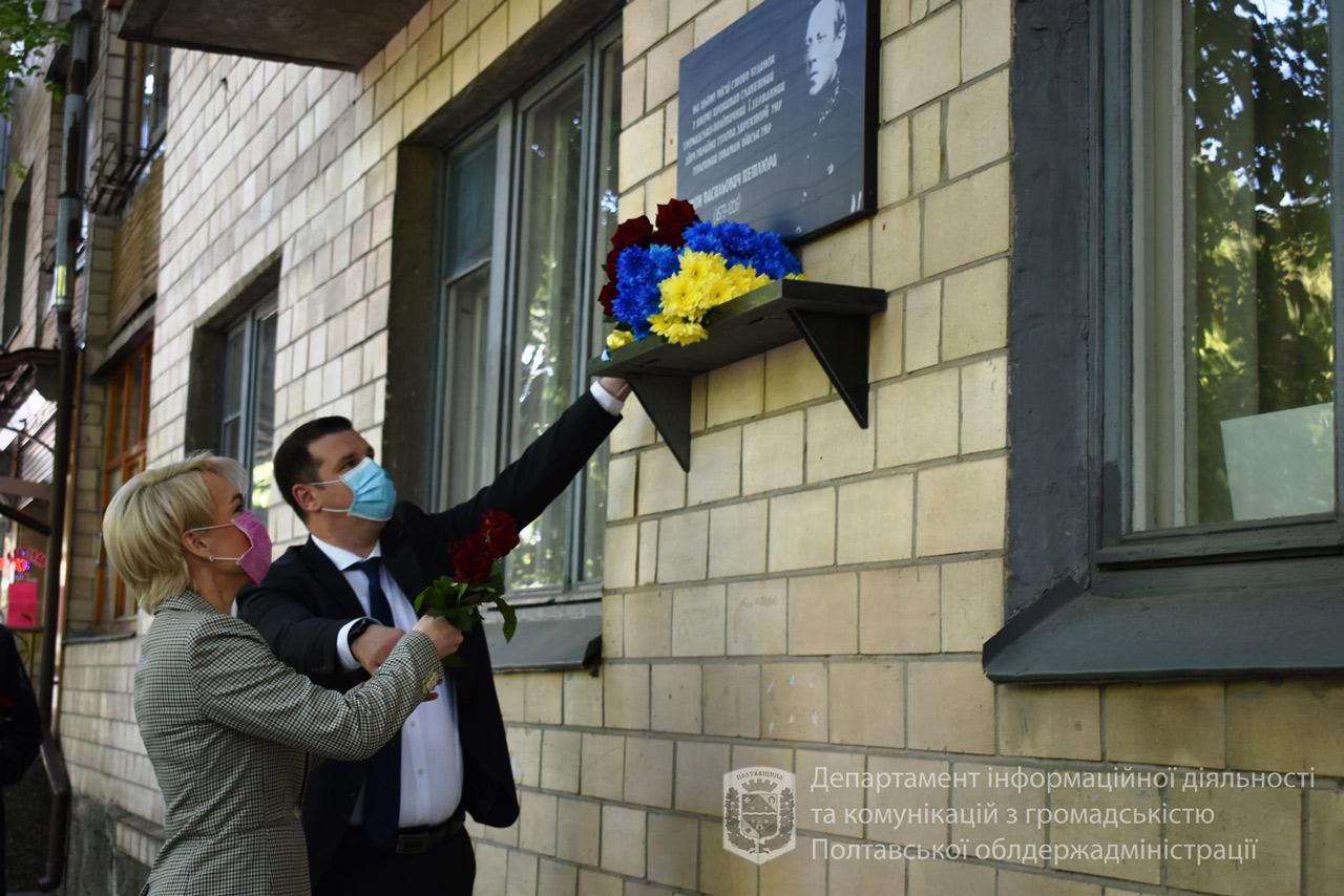Олександр Шамота і Катерина Рижеченко покладають квіти до меморіальної дошки на місці де знаходилася садиба Петлюр