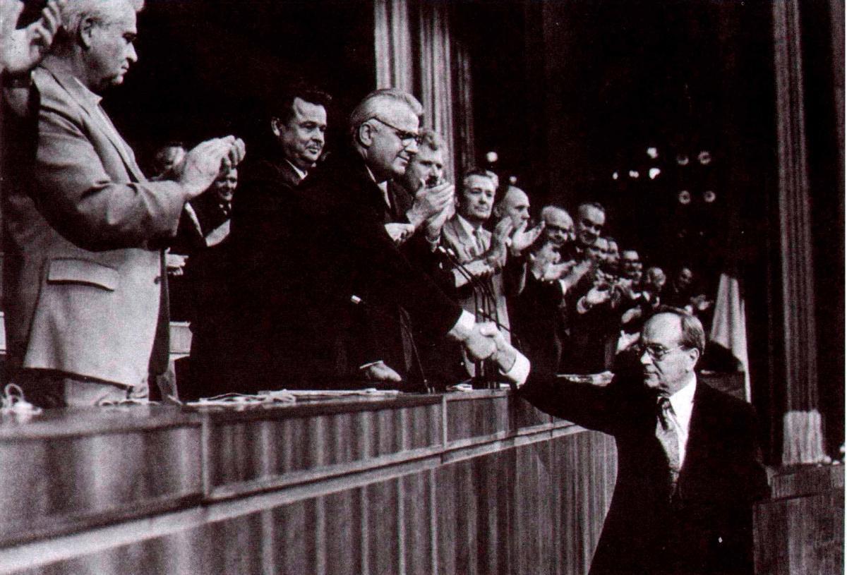 Виступ Миколи Плав'юка 22 серпня 1992 р. учасники зібрання вітали стоячи