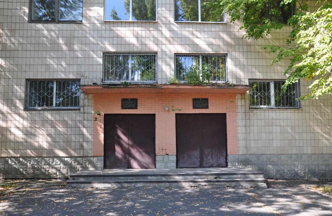 До травня у будівлі на вул. Івана Мазепи, 57 розміщувалася бактеріологічна і санітарно-гігієнічна лабораторії Полтавської СЕС