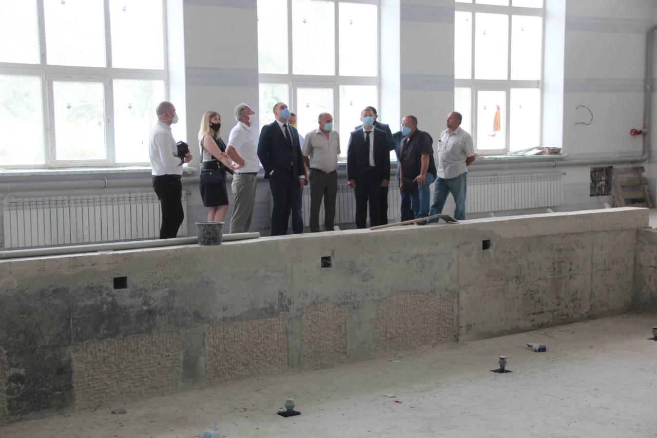 Очільники області та району оглянули хід будівництва басейну