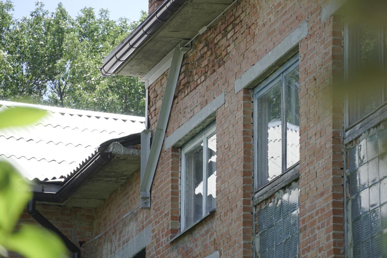 Стіни аварійного крила школи стягнули та укріпили