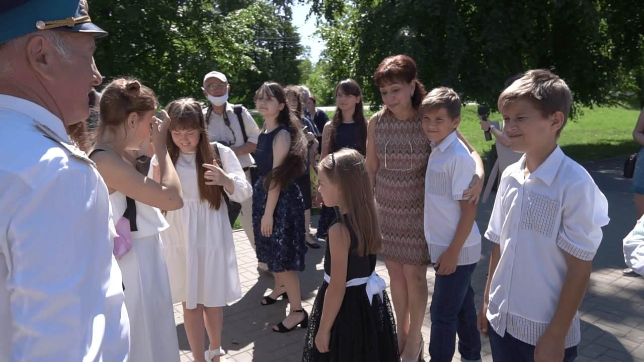 Майя Матвєєва і учні Міжнародної дитячої школи «Юний європеєць» вітають ветеранів