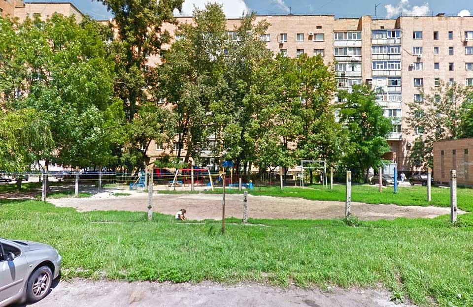 Залишки спортивного майданчика на вул. Зіньківській, 36